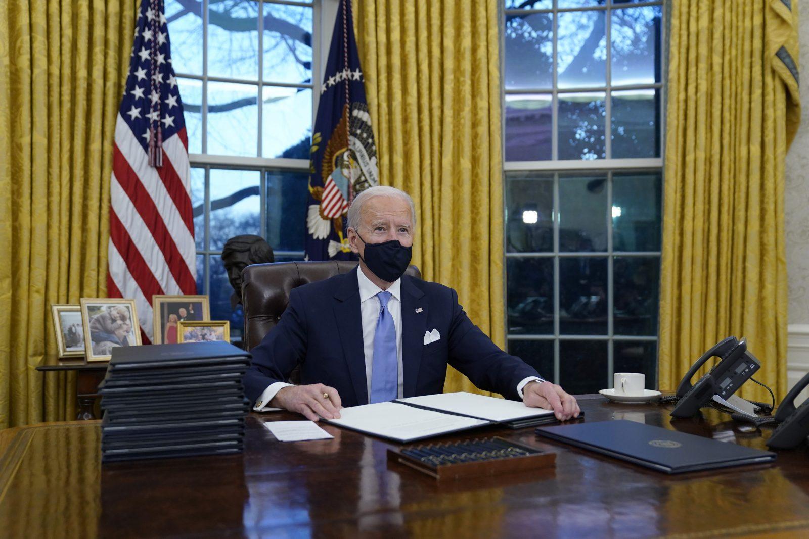 Der neue US-Präsident Joe Biden unterzeichnet nach dem Amtseid erste Verordnungen Foto: picture alliance / ASSOCIATED PRESS | Evan Vucci