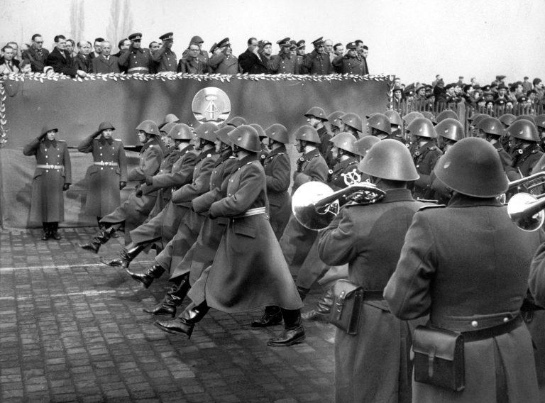 Die NVA griff auf deutsche Militärtraditionen zurück und präsentierte sich bei Paraden Foto: picture-alliance / dpa   Günter Bratke