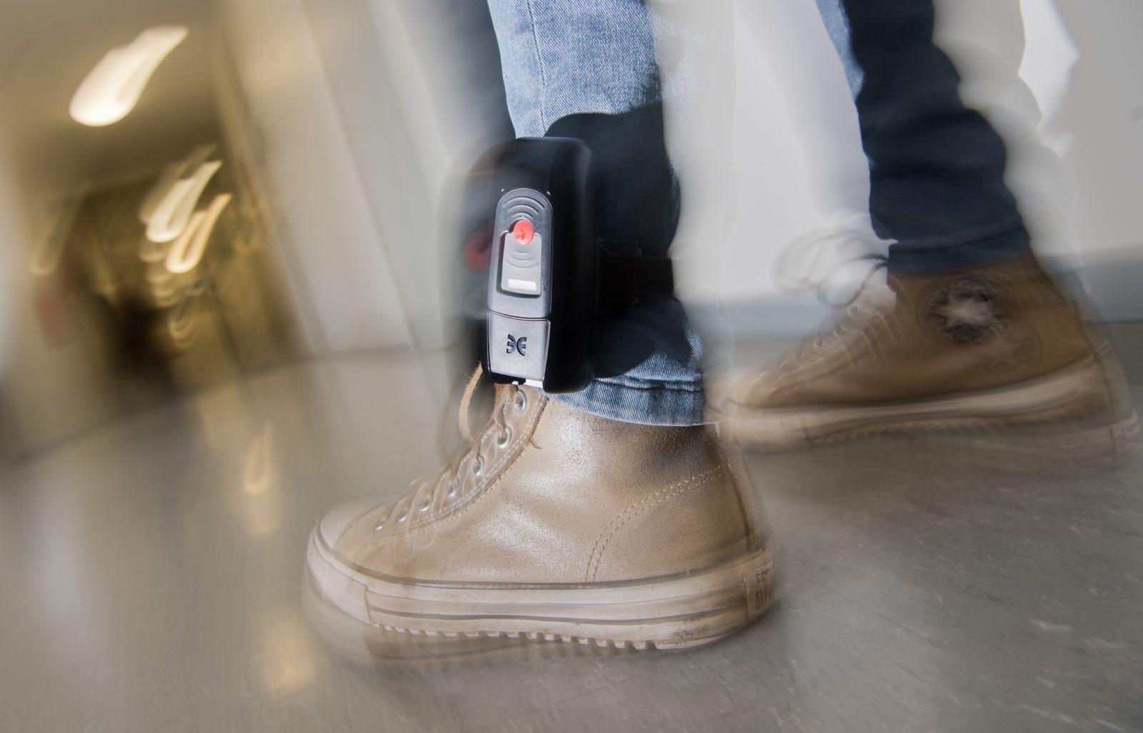 Mann mit Fußfessel