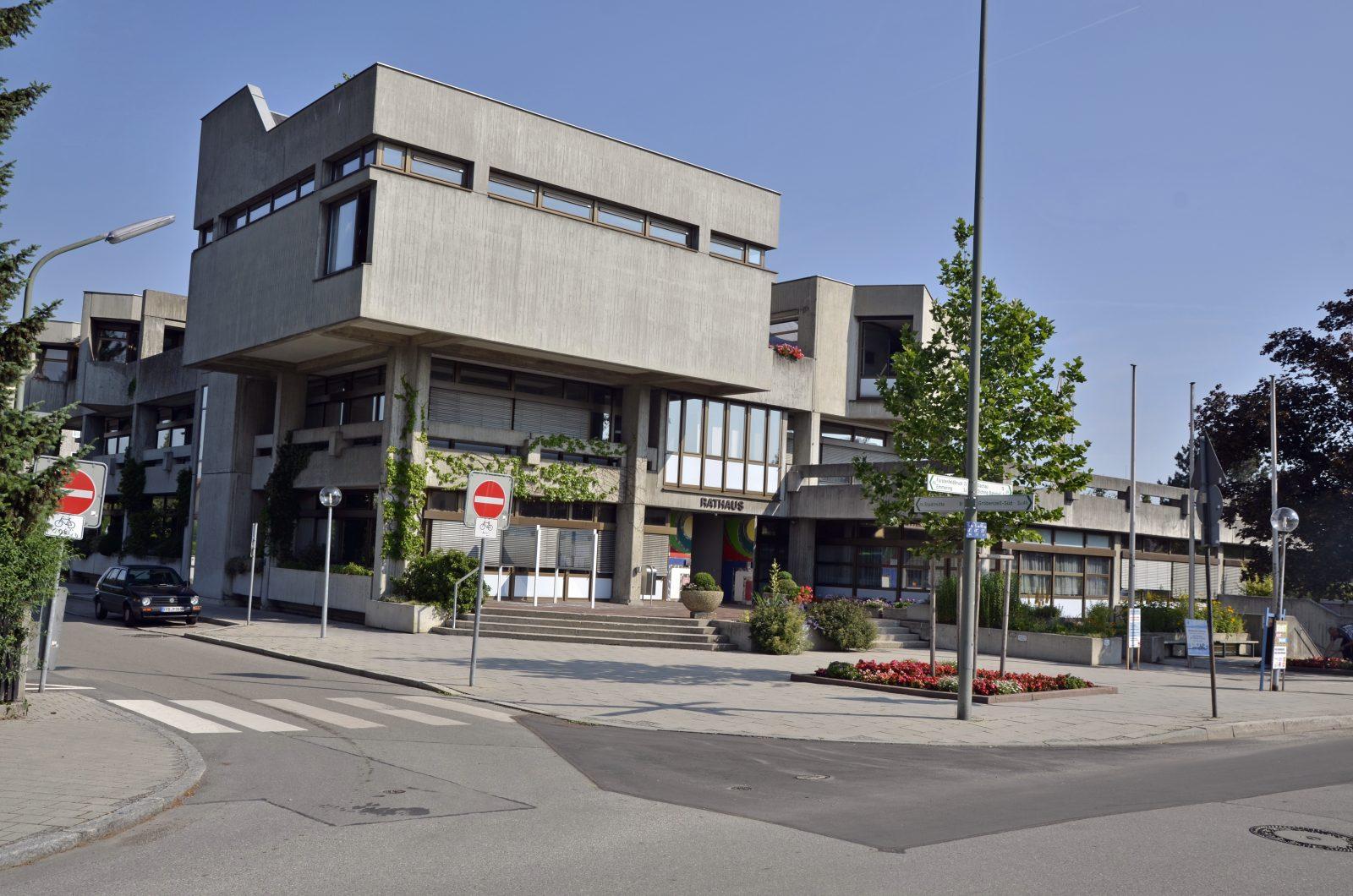 Rathaus von Olching: Foto: Bürgermeister sucht Wohnungen für Moria-Migranten