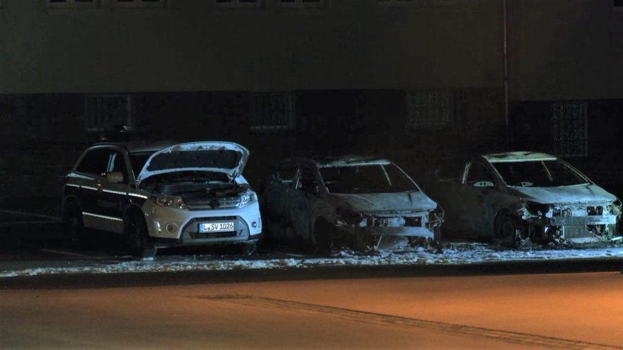 Linksextreme attackieren auch die Polizei: Ausgebrannte Fahrzeuge der Leipziger Polizei (Archivbild) Foto: picture alliance/dpa/TeleNewsNetwork GmbH & Co. KG