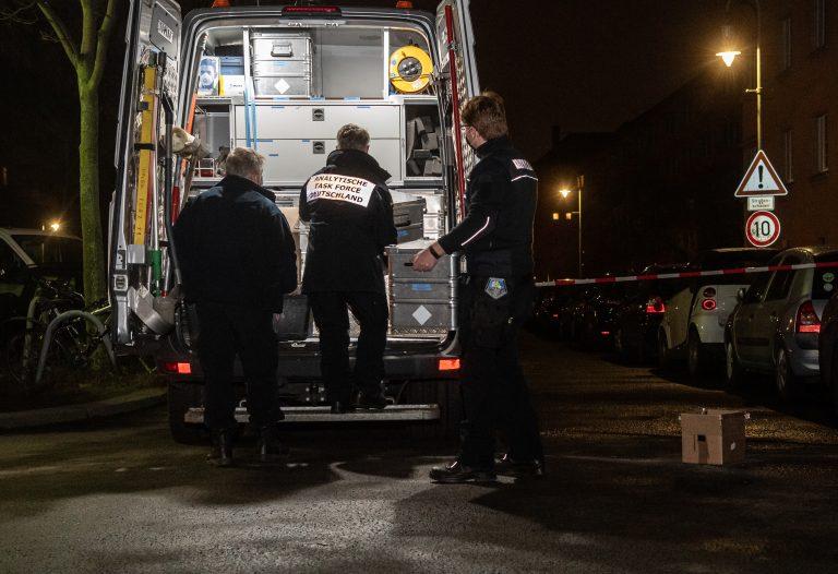 Spezialisten einer Einheit zur Erkennung gefährlicher Chemikalien sichern Beweismittel nach der Rohrbombenexplosion in Berlin Foto: picture alliance/dpa/dpa-Zentralbild | Paul Zinken