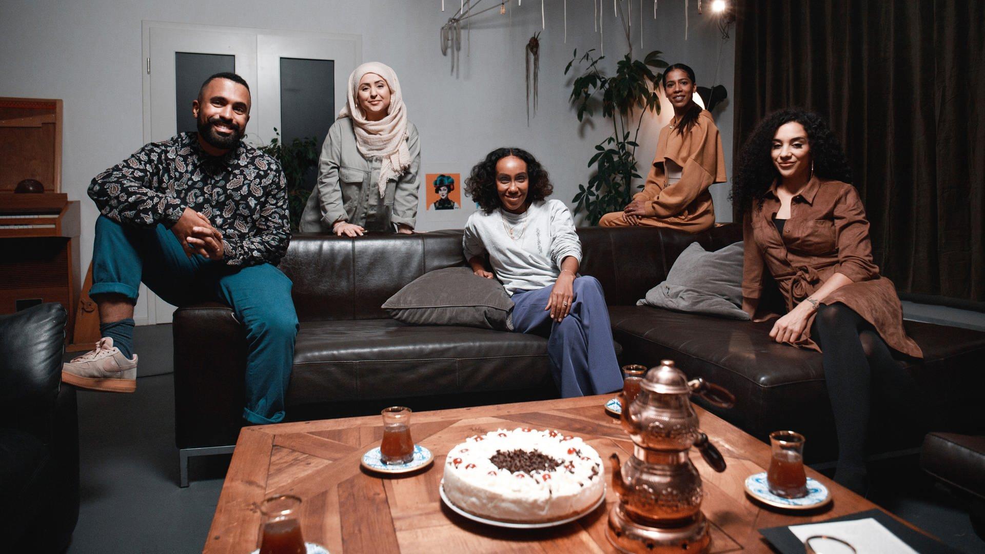 "Pilotfolge von ""Five Souls"" mit den Gästen Malcom Ohanwe (v.l.n.r.), Yasmin Ayhan, Hadnet Tesfai, Jasmina Kuhne, Nadja Benaissa"