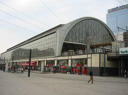 800px-Bahnhof_Berlin-Alexanderplatz