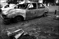 800px-Scorched_car_in_Paris_suburb_november_2005